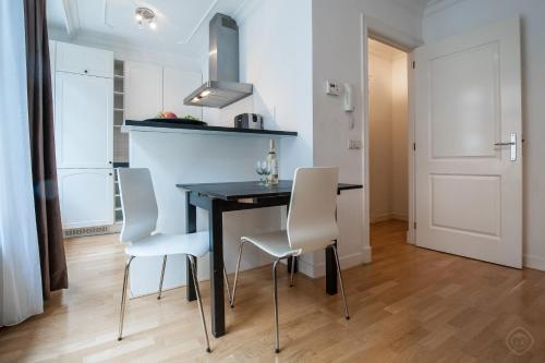 A kitchen or kitchenette at Elegant City Apartments