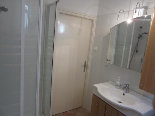 A bathroom at Szundi Apartman