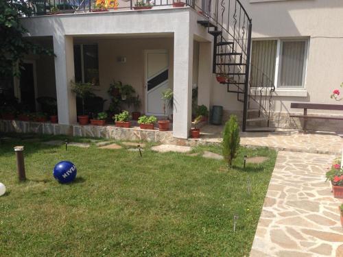 A garden outside Apartamenti Todorovi