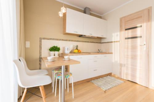 A kitchen or kitchenette at Domki Apartamentowe Bravo