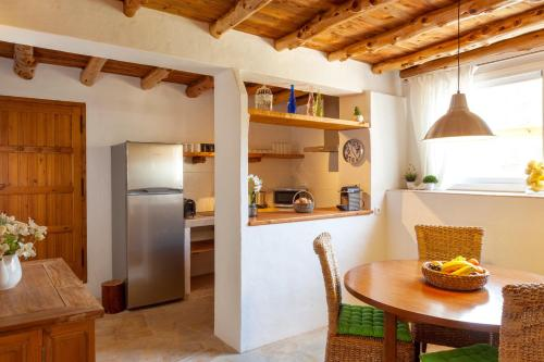 A kitchen or kitchenette at Can Es Coral