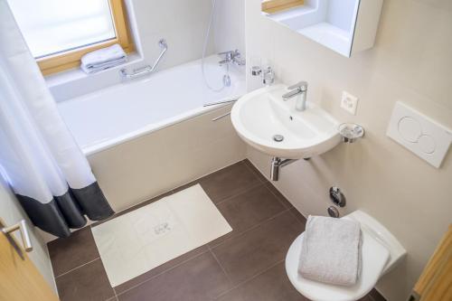 A bathroom at Résidences Ermitage