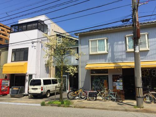 トゥーレイト ゲストハウス富山にあるパティオまたは屋外エリア