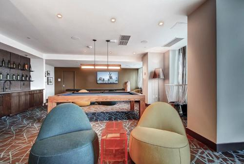 The lounge or bar area at Global Luxury Suites at Newport