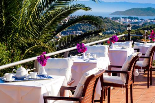 Ein Restaurant oder anderes Speiselokal in der Unterkunft Vigles Sea View, Philian Hotels and Resorts
