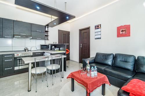 Küche/Küchenzeile in der Unterkunft 777 Apartments & Cars _ Main City