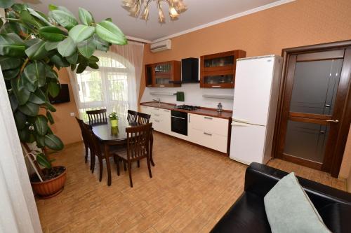 A kitchen or kitchenette at Apartment Nebesnaya
