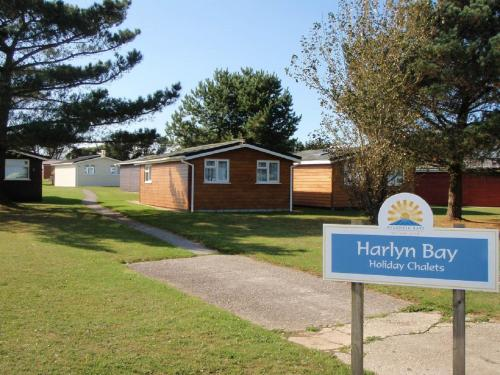 A garden outside Chalets & Lodges at Atlantic Bays Holiday Park