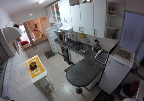 A kitchen or kitchenette at Apartamento Central - Baln. Camboriú