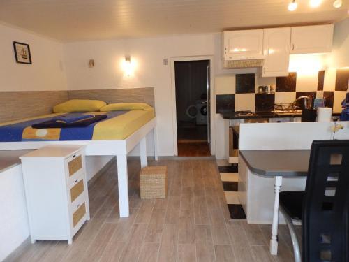 A kitchen or kitchenette at drescher Apartments