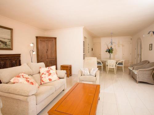 The lounge or bar area at Villa L'Estornell
