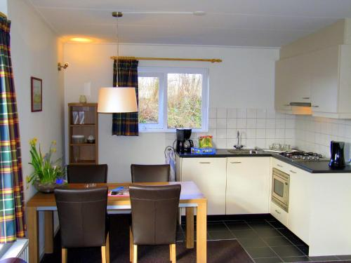 A kitchen or kitchenette at Holiday Home Middelharnis.3