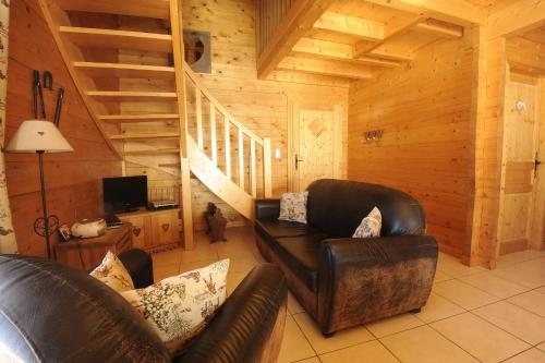 A seating area at Les Chalets des PALETIERES