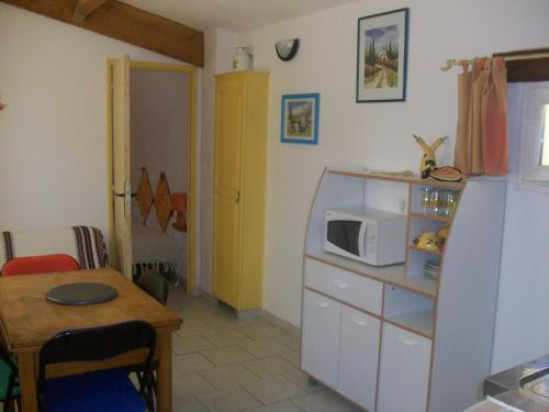 A kitchen or kitchenette at Mas de la Chaumette