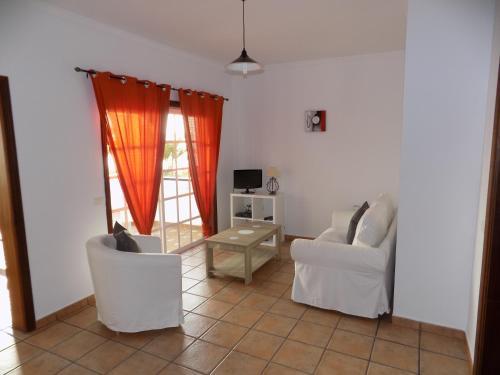 Een zitgedeelte bij Apartamentos Villa Colon