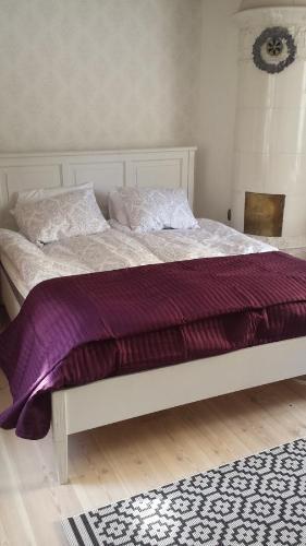 Un pat sau paturi într-o cameră la Lilla Munkhagen
