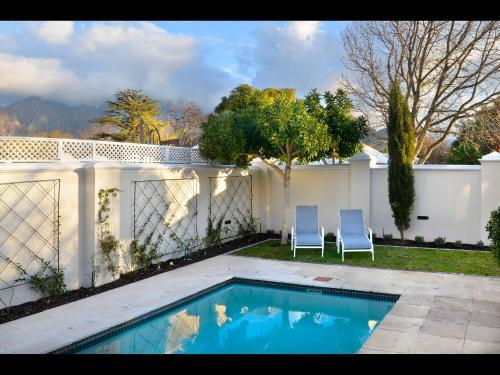 The swimming pool at or close to 10 Villefranche