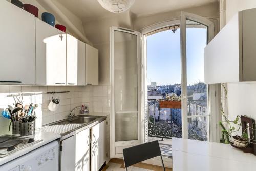 Küche/Küchenzeile in der Unterkunft Bright with Stunning views of Paris by GuestReady