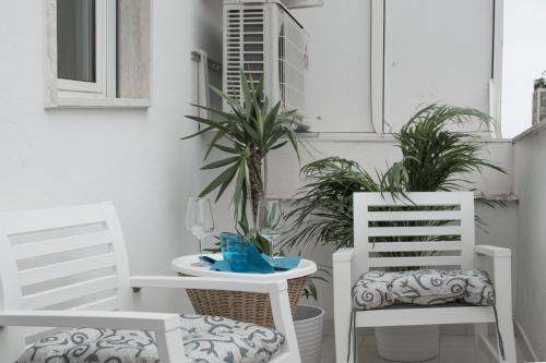 Artist's suite的戶外休息區或室外區