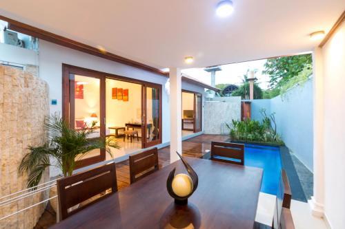 The lounge or bar area at Little Coco Gili Trawangan Villas