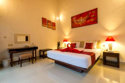 A bed or beds in a room at Little Coco Gili Trawangan Villas