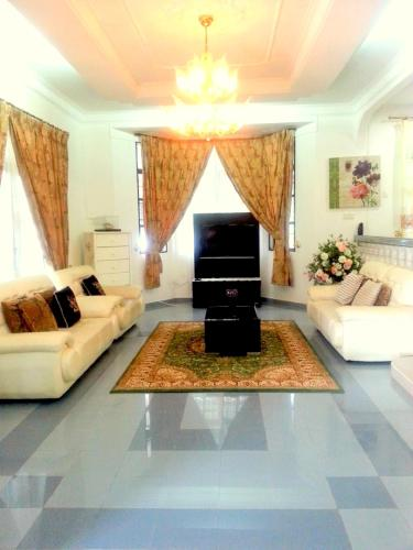 The lounge or bar area at Al Madinah Homestay