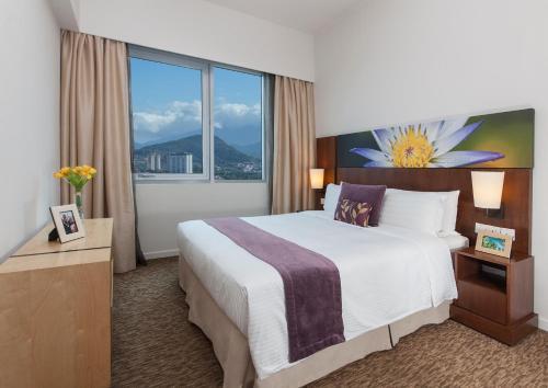 Кровать или кровати в номере Somerset Kuala Lumpur