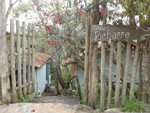 A fachada ou entrada em Chalés Picharro