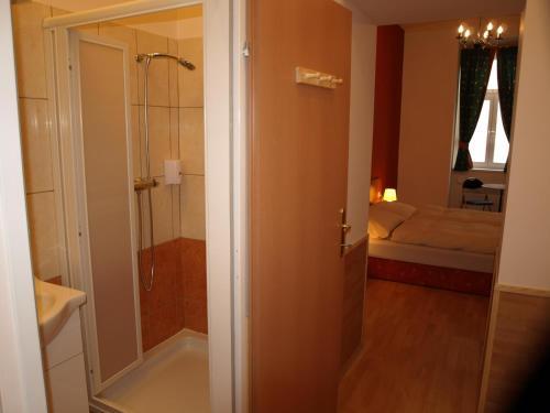A bathroom at Pension Tal Studios