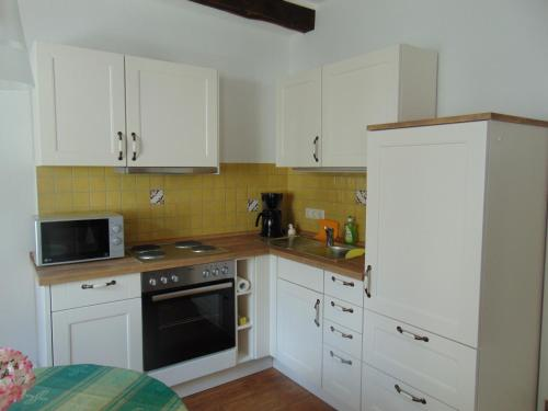 Een keuken of kitchenette bij Ferienwohnung Bergblick /Moseltal
