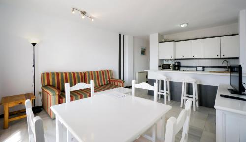 The lounge or bar area at Apartamentos Turisticos Rio Marinas