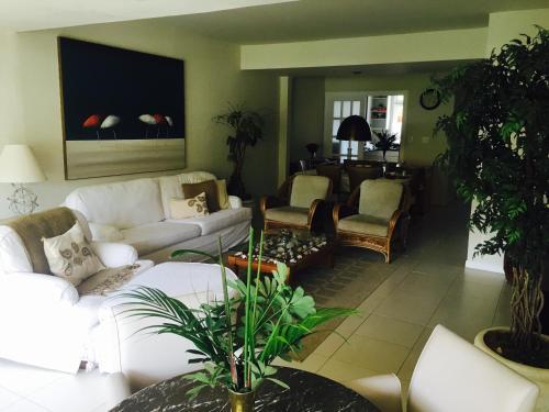 The lounge or bar area at Casa Condominio do Frade