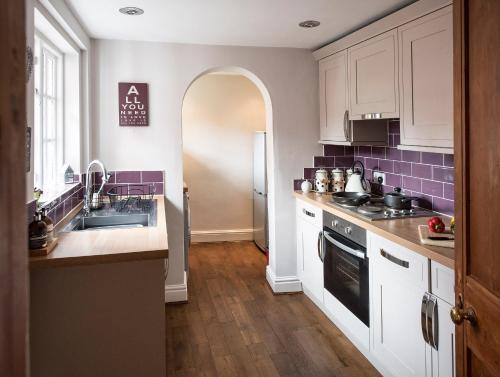 A kitchen or kitchenette at Overleigh Cottage