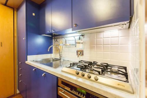 A kitchen or kitchenette at Appartamento Cairoli