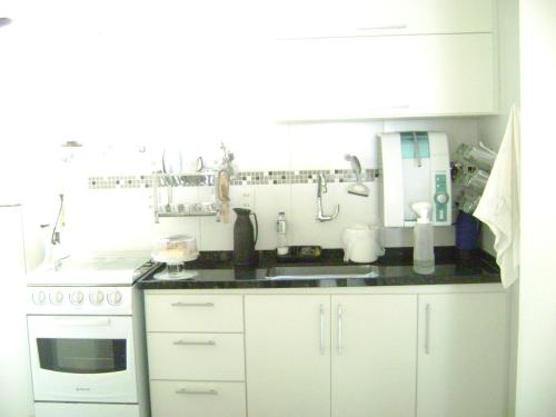 A kitchen or kitchenette at Apartamento mobilhado na quadra da Praia - Jardim Camburi