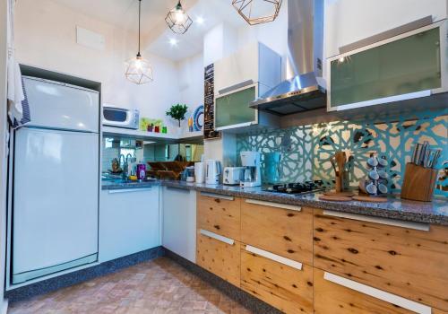 A kitchen or kitchenette at Studio Sunset