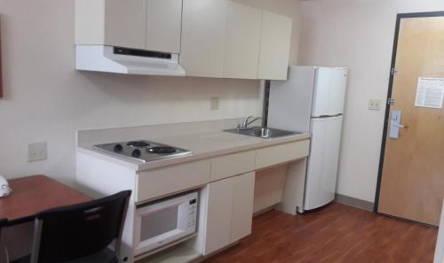 A kitchen or kitchenette at Best Studio Inn Homestead (Extended Stay)