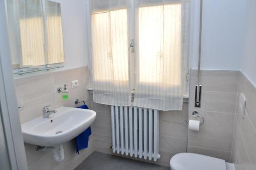 Vonios kambarys apgyvendinimo įstaigoje Casa di Leo