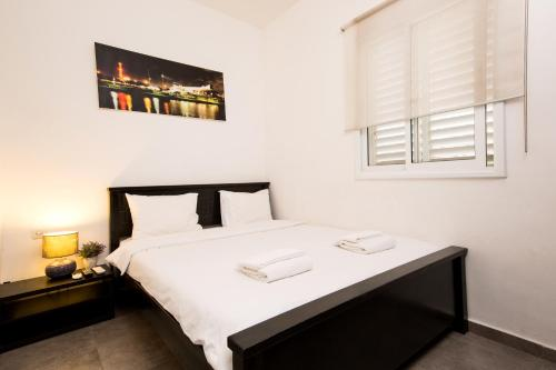 A bed or beds in a room at Trio