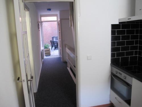 A kitchen or kitchenette at Appartement De Proper Katwijk