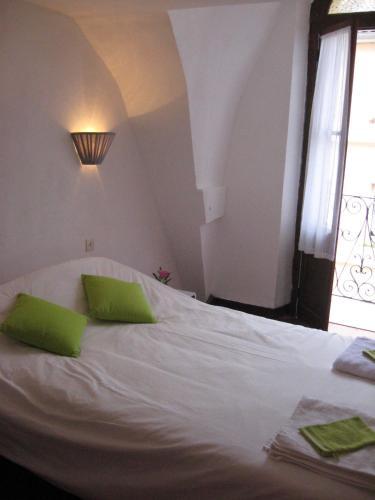 A bed or beds in a room at Hôtel Notre Dame de Fourvière