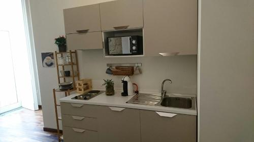 A kitchen or kitchenette at La Casa di Apollo