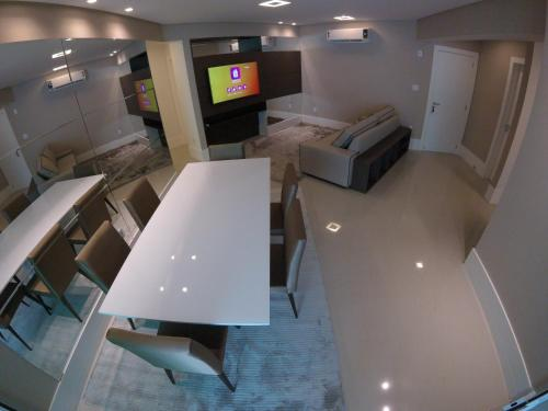 A television and/or entertainment center at Apartamento Luxo - Royale