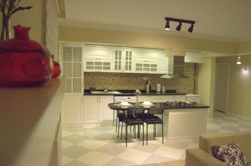 A kitchen or kitchenette at Konukevim Buklum Garden