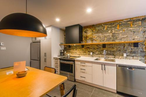 A kitchen or kitchenette at Les Lofts St-Paul by Les Lofts Vieux Québec