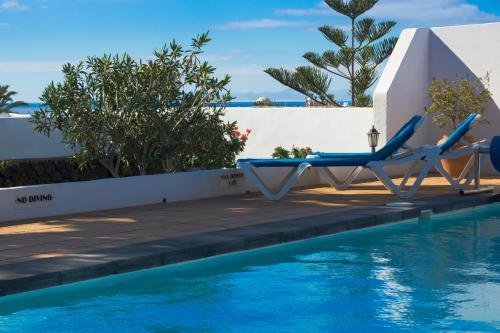 Het zwembad bij of vlak bij Villa Corona
