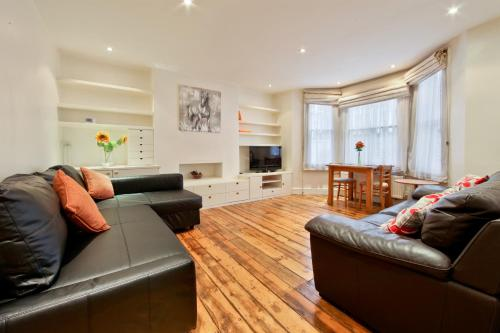 A seating area at Fulham Short Stay