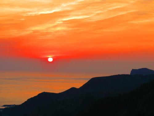 Východ nebo západ slunce při pohledu z vily nebo okolí