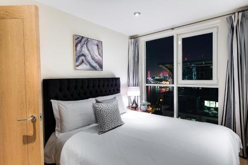 Ein Bett oder Betten in einem Zimmer der Unterkunft The London Penthouse