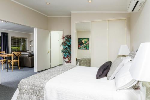 A bed or beds in a room at Ferrymead Gardens